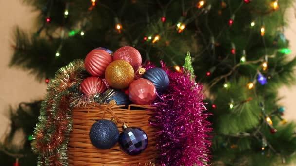 Vánoční koule a jedle s věnec bliká. Pozadí