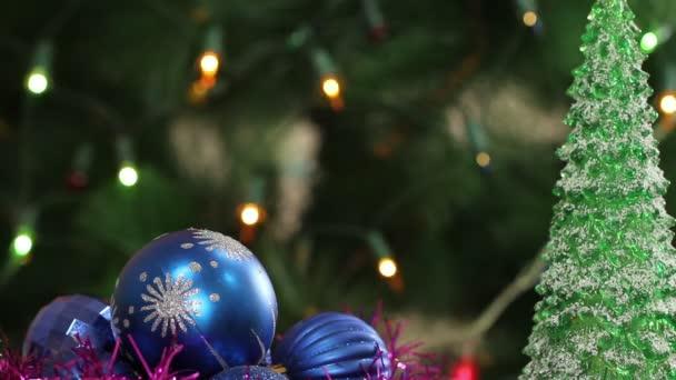 Sfere di Natale ed albero di abete con la ghirlanda lampeggiante. Priorità bassa