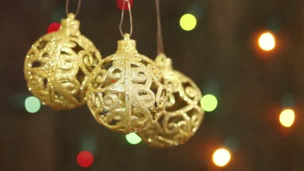 jemné zlaté koule na pozadí girlandy blikat. Vánoční pozadí