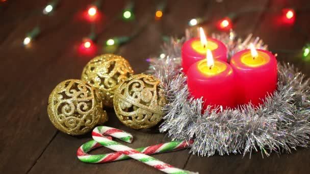 candele e decorazioni di Natale su una priorità bassa dellalbero