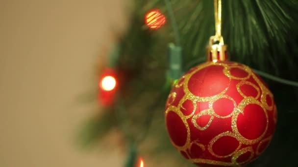 a karácsonyfa füzér villogó piros labda