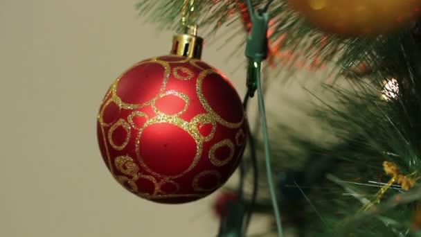 červené koule na vánoční stromeček s blikající girlandy