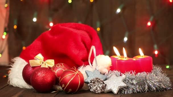 Kalapot Mikulás és a karácsonyfa díszek