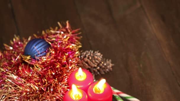 Decorazioni di Natale. Bruciare le candele e giocattoli sullo sfondo di ghirlande lampeggiante.