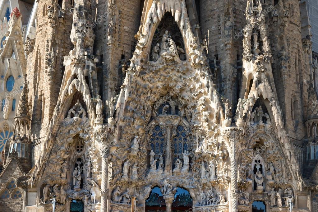 barcelona espaa de septiembre de cerca vista de la fachada del nacimiento en la baslica de la sagrada familia est diseado por el arquitecto