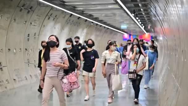 Bangkok, Thaiföld - December 10, 2020: Tömeg emberek sebészeti maszk sétál át sétány alagút