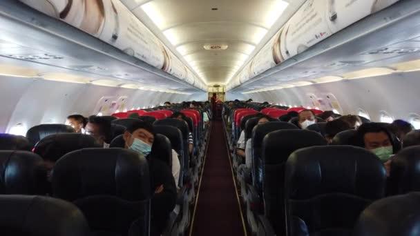 Bangkok, Thajsko - 17. prosince 2020: Procházka cestujícími noste chirurgickou masku v thajském letadle Air Asia