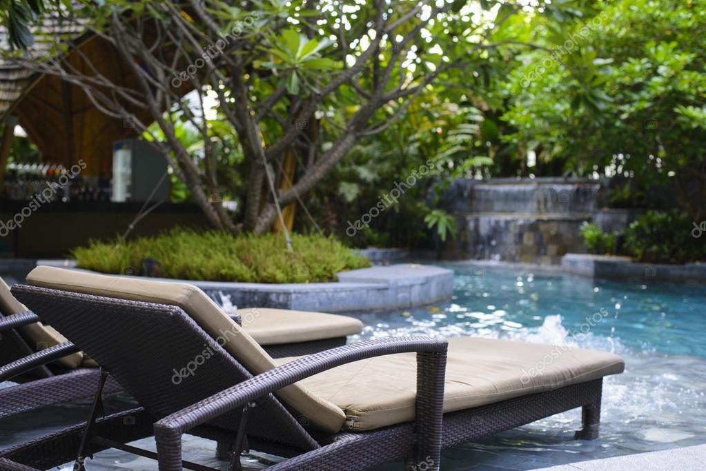 Moderne zwembad met lounge stoel u2014 stockfoto © brostock01 #56883313