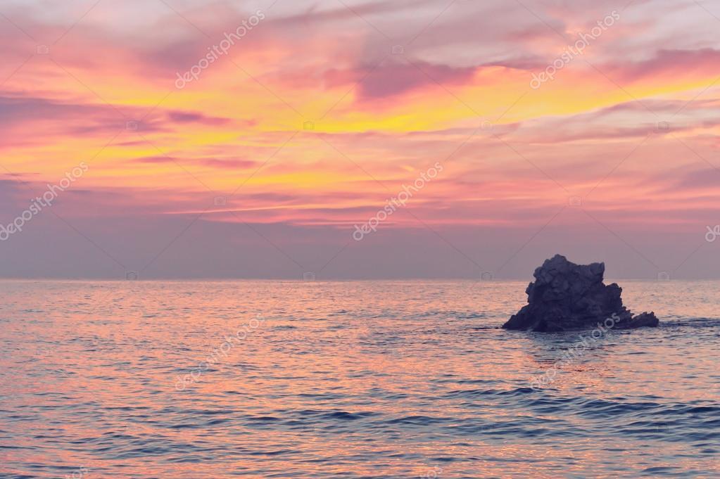 530cc6c6c5e67 rocha, ao pôr do sol no mar com cores rosa — Stock Photo © mimadeo ...
