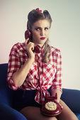 Pin-up Mädchen telefoniert