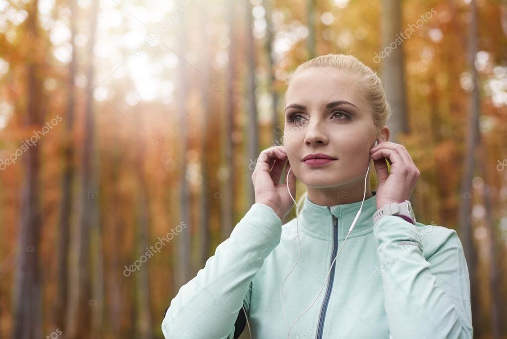 Kobieta Słuchanie Muzyki Podczas Biegania Zdjęcie Stockowe