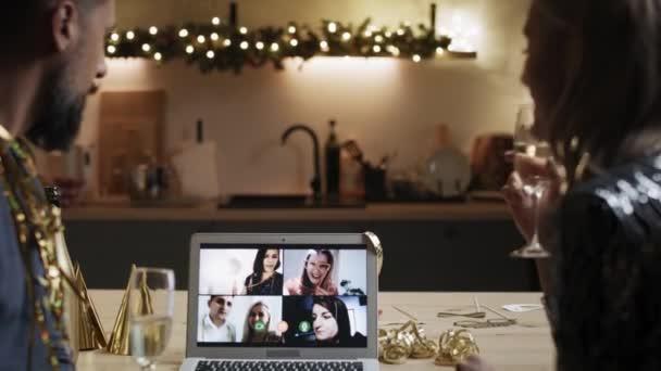 Přední pohled na Silvestrovský večírek během videohovoru. Snímek s RED heliovou kamerou v 8K.
