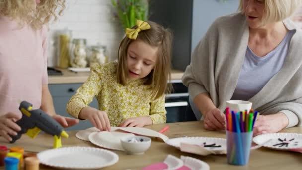 A kislányról készült kézi videó húsvéti nyuszit csinál. Lövés RED hélium kamerával 8K-ban.