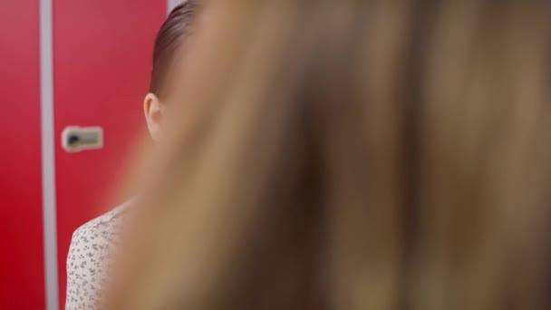 Tracking-Video von Gruppe von Schülerinnen mit Smartphone in der Schule. Aufnahme mit roter Heliumkamera in 8K.
