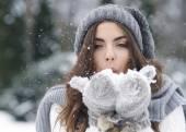Fotografie žena zvířený sníh