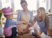 Fényképek család együtt sütés