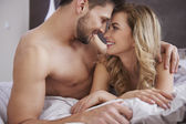 mladý pár leží v posteli