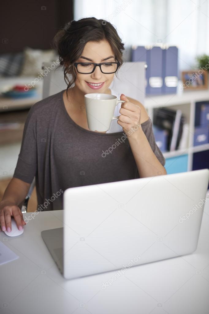 Joven mujer que trabaja en casa fotos de stock gpointstudio 67981699 - Trabaja en casa ...
