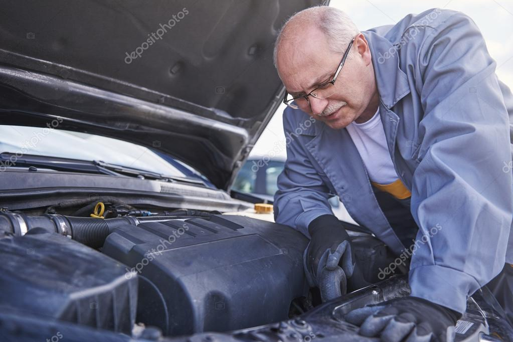 Mechanic looks the problem in car