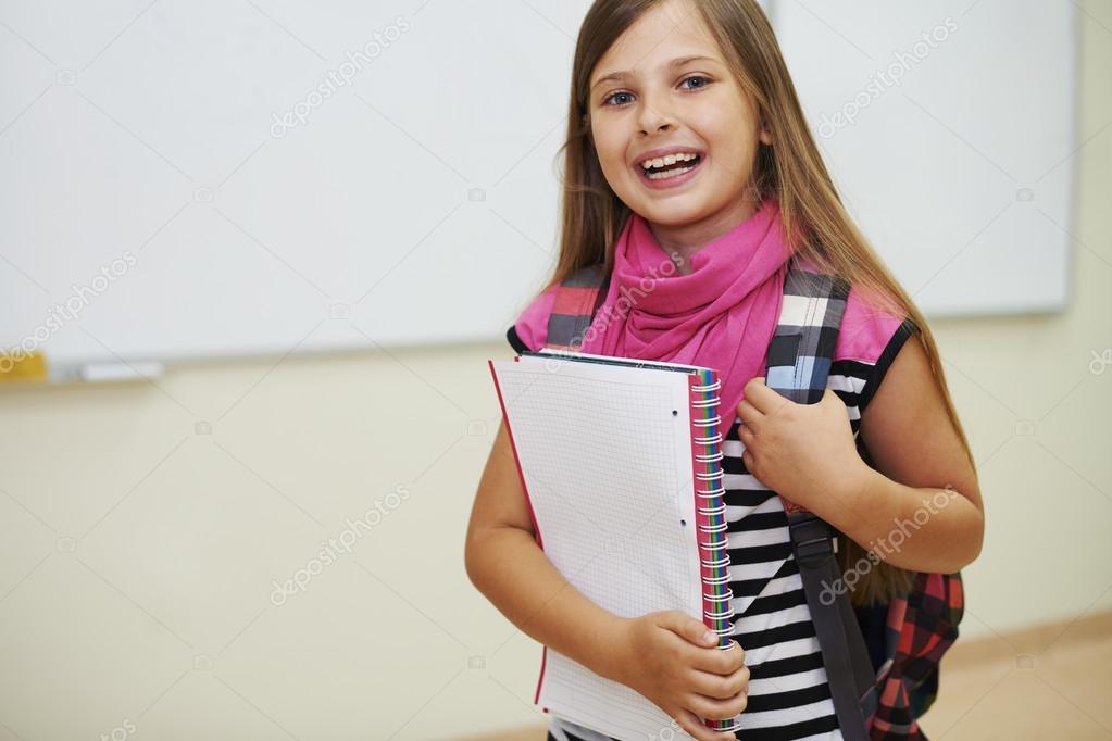 Niña de pie y sonriendo en la escuela primaria - niña escuela primaria —  Foto de gpointstudio — Foto de ... 0248e8b64bd