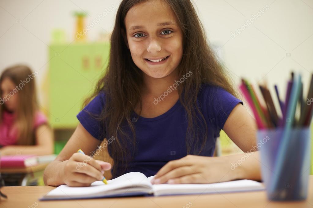 Niña linda en la escuela primaria y educación - niña escuela primaria —  Foto de gpointstudio — Foto de gpointstudio 78e3609209a