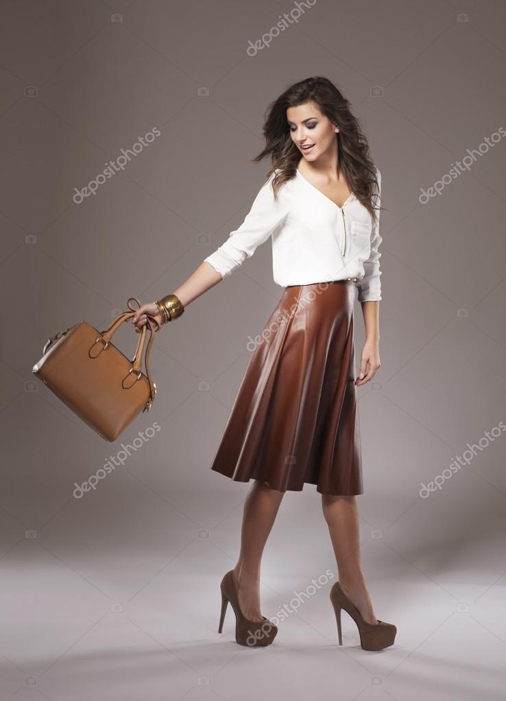 hot sale online 00ce4 f4275 Bella donna in gonna in pelle marrone — Foto Stock ...