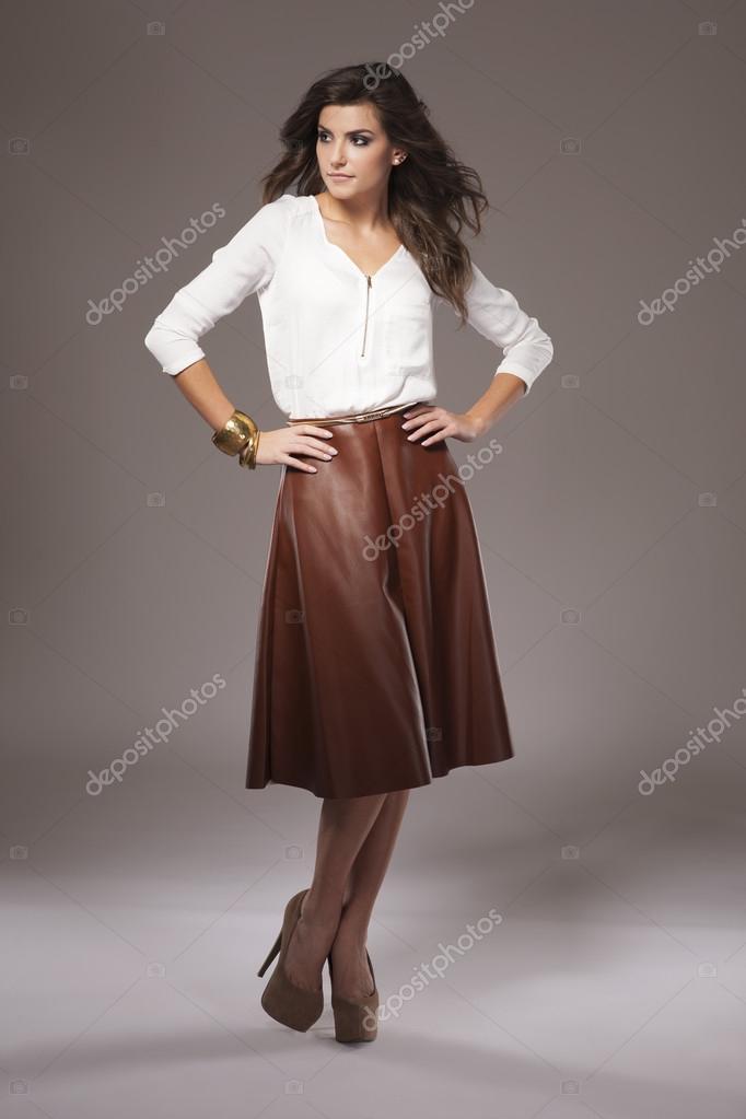 c23e5772c3c4d Mujer en falda de cuero marrón — Fotos de Stock © gpointstudio  82213112