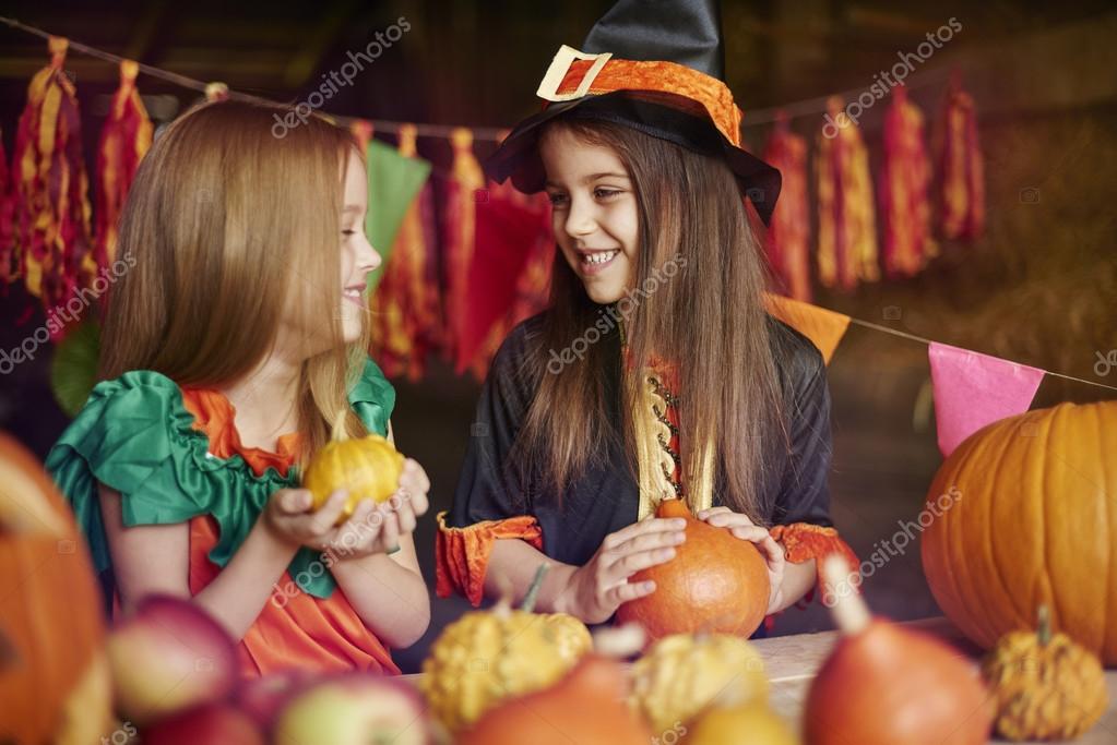 Bambini Che Preparano Decorazione Per Halloween Foto