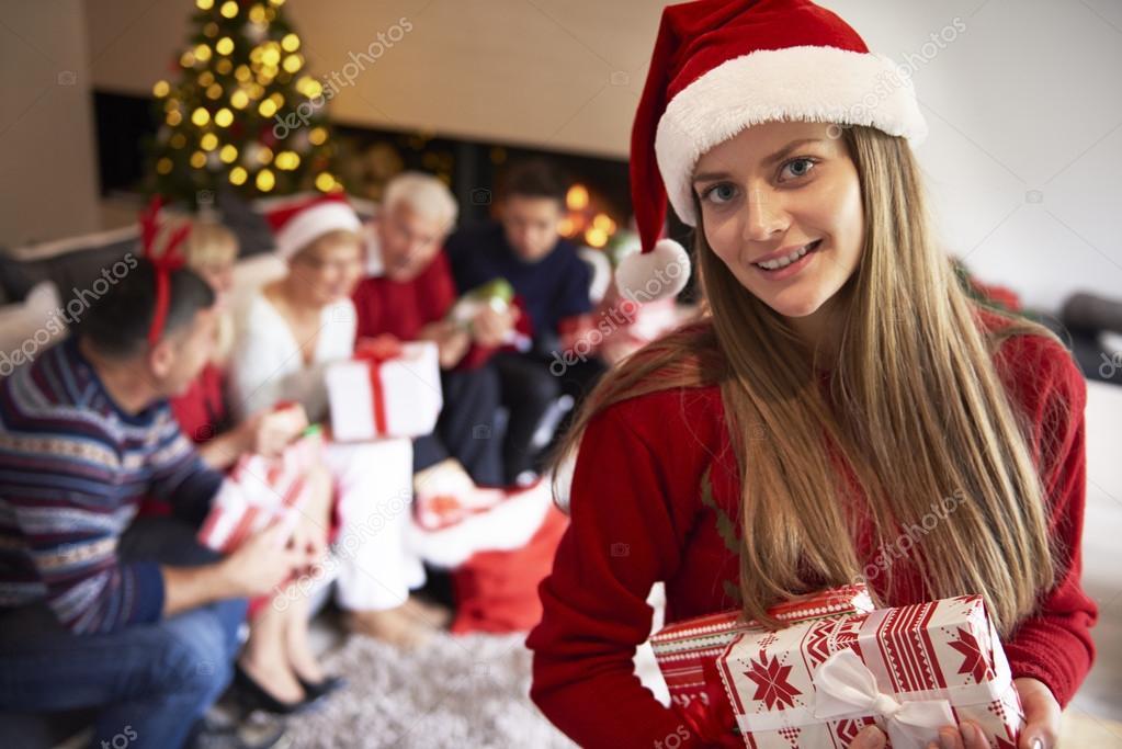 Regali Di Natale Ragazza.Ragazza Con Regali Di Natale E Famiglia Foto Stock C Gpointstudio