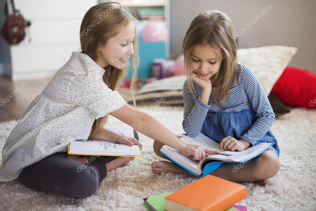 Dos Niñas Estudiando Y Leyendo
