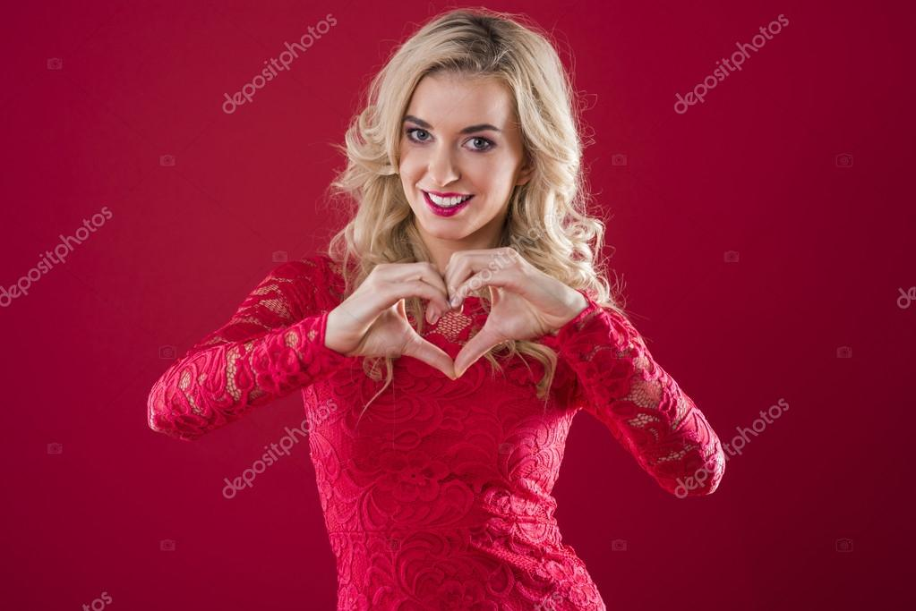 Señal de forma de corazón hecho de manos humanas — Foto de stock ...
