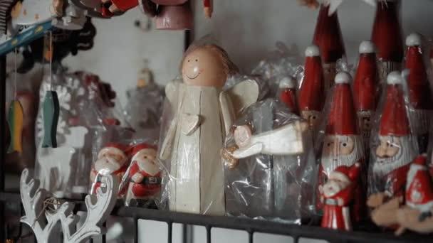 Kleine weihnachtliche Holzhütten mit Engelsspielzeug stehen im Haus