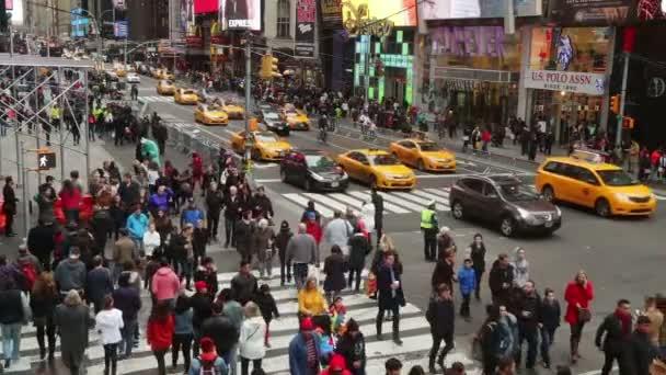 New York City. Vozů a dav na křižovatce