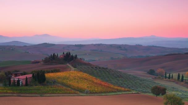 Sonnenaufgang über den toskanischen Hügeln. Zeitraffer 4k