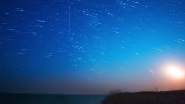 Csillagok és a Hold, a tenger felett. Időközű 4k