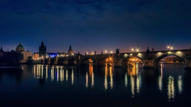 Zataženo ráno na Karlově mostě. Time Lapse Uhd