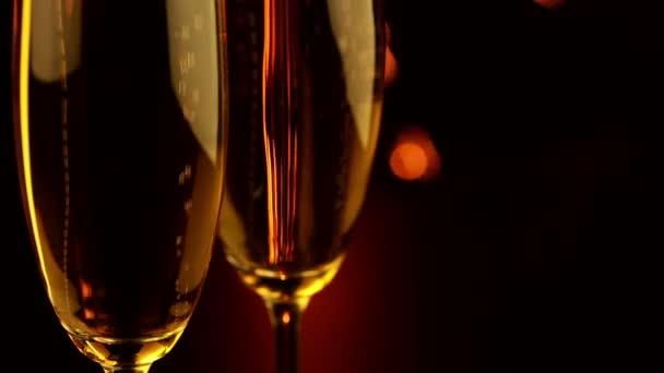Zwei Gläser mit Champagner und Wunderkerze