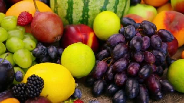 csendélet gyümölcsökkel és bogyókkal