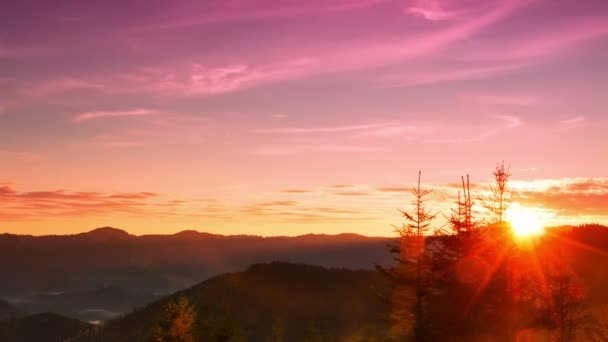 Východ slunce nad zalesněnými horami. Časová prodleva