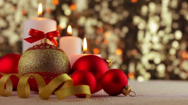 weihnachtskugel und brennenden kerzen
