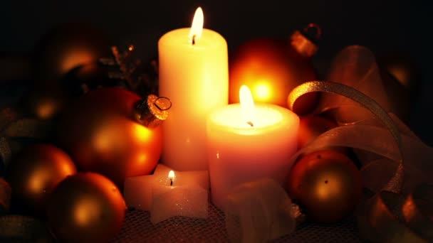 Weihnachtsschmuck und Kerzen