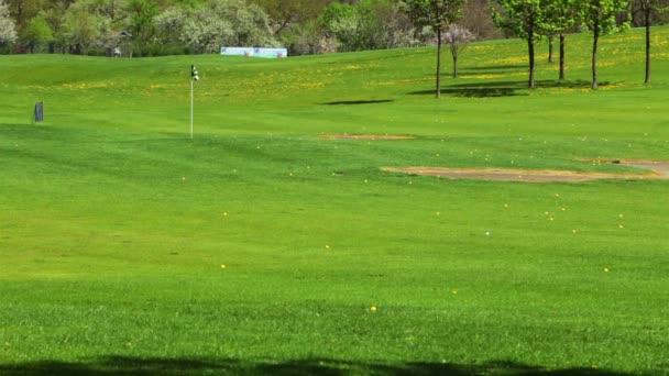 Golfové hřiště a mnoho golfových míčků