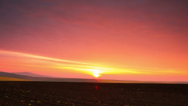 Východ slunce nad zorané pole. Časová prodleva