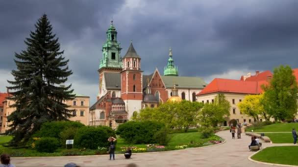Turisté v královského hradu Wawel. Časová prodleva 4k