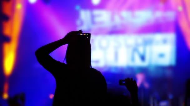 Video záznamy dívka z rockový koncert na její iphone