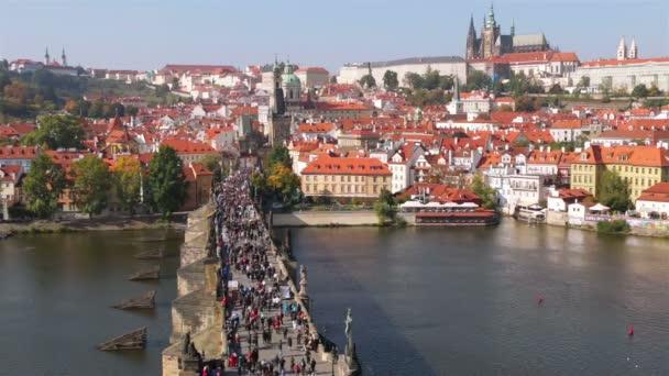 Mnoho turistů na Karlově mostě