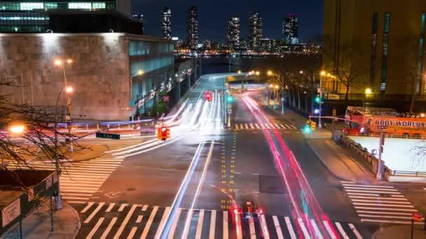 Dopravní křižovatka v noci. Časová prodleva 4k