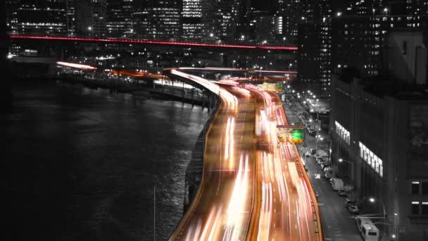 Noční provoz na nábřeží. Zpomalený pohyb. Tónovaná