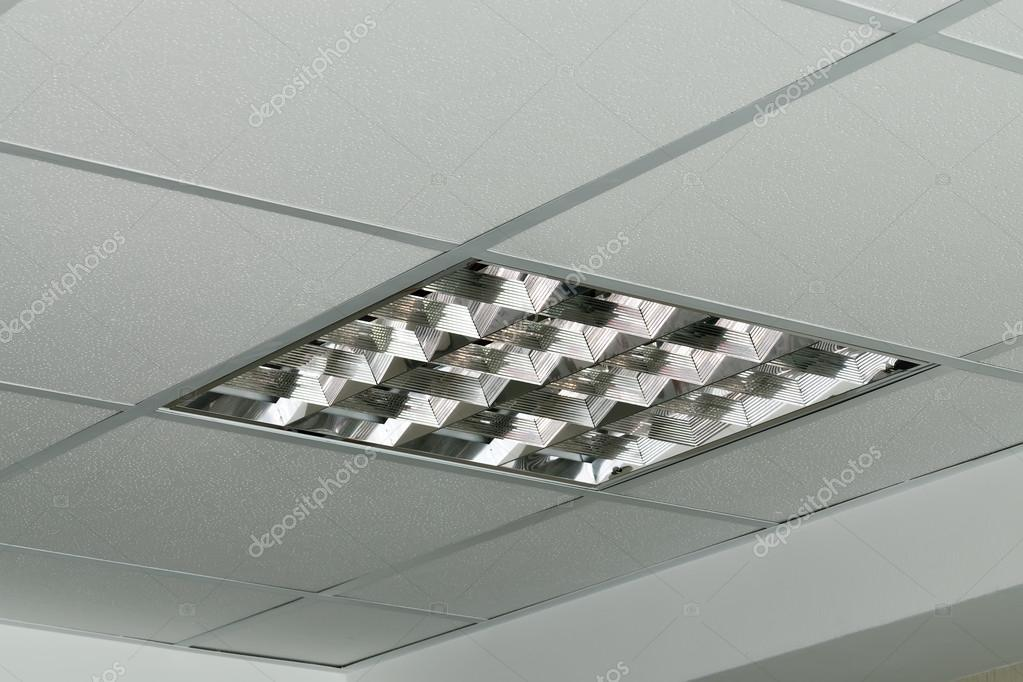 Moderne lampe an der decke des amtes u stockfoto svtdep