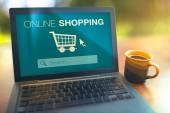 Online-Shopping-Konzept Laptop auf dem Tisch